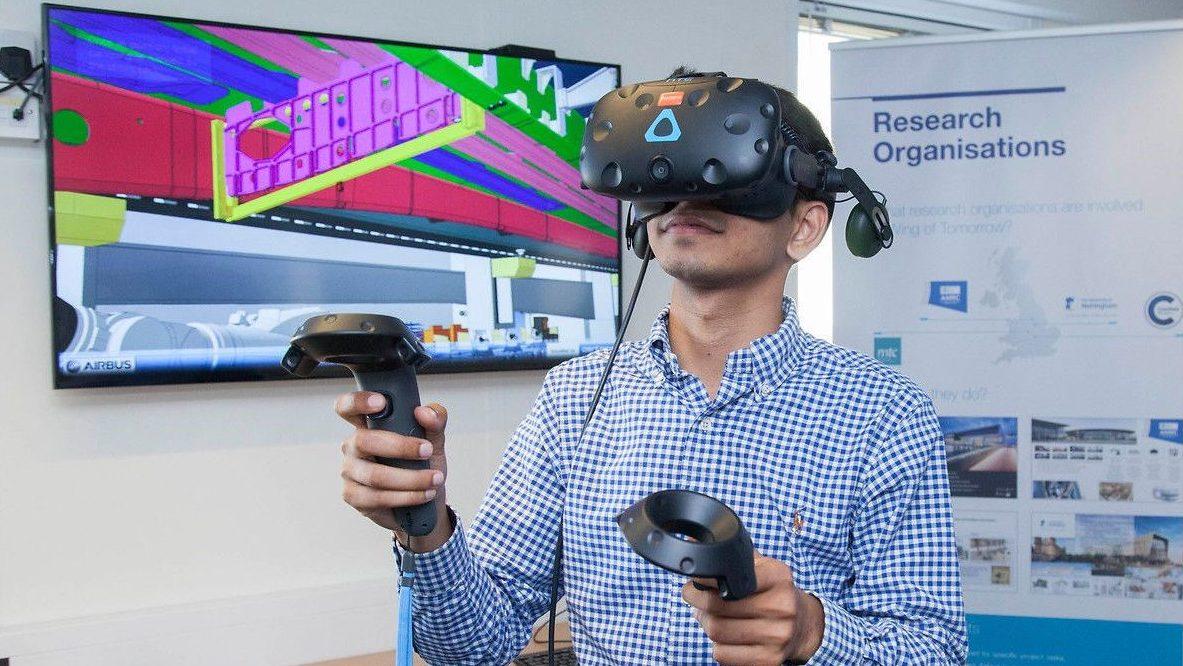 Das Bild zeigt eine Person mit einer Virtual Reality Brille und zwei Controllern in den Händen.