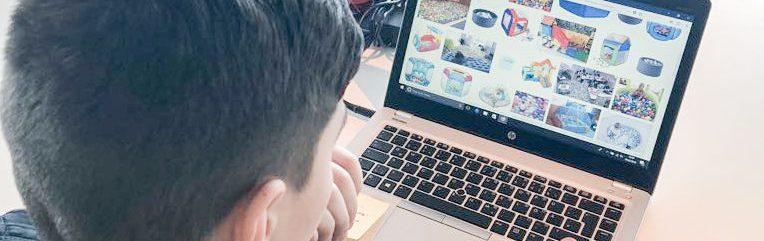 Auf dem Bild sieht man eine Person vor einem Laptop.