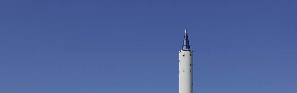 Das Bild zeigt die Spitze des Fallturms in Bremen. Der Himmel ist fast wolkenlos.